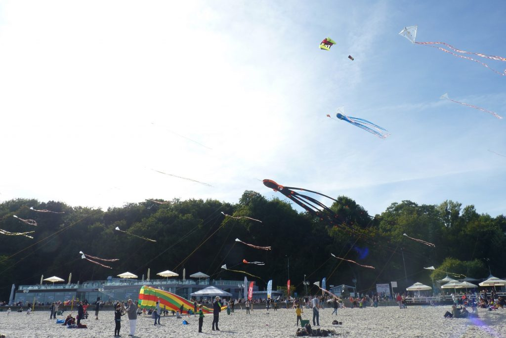 Piękny pokaz latawców na miejskiej plaży