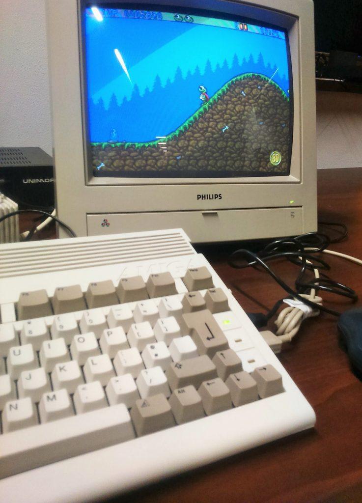 Komputer Amiga i gra Crazy Frog